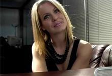 Štíhla blondína sa nechala vylízať v kancelárii kvôli práci sekretárky