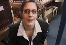 Atraktívna brunetka podvedie v práci manžela s dvoma cudzími chlapmi