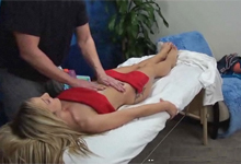 Skrytá kamera zachytila súlož svalnatého maséra so sexy klientkou