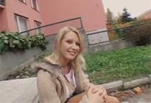 České dievča sa nechalo osúložiť cudzincom v kríkoch za 300 dolárov
