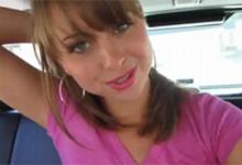 Americká pornoherečka Riley Reid masturbuje na zadnom sedadle auta