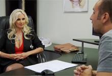 Doktorka Brittany Andrews si v ordinácii zašuká s obdareným pacientom