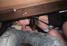 Odvážna blondínka vyfajčila priateľa pod stolom v bare