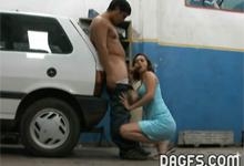 Argentínčanka roztiahla nohy mechanikovi za opravu auta