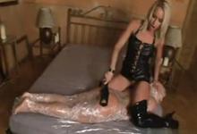 Extrémne lesbické porno – žena v sáčku a obrovský dildo v zadku