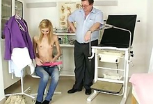Hĺbková gynekologická prehliadka pošvy mladej slečny s postavou modelky