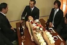 Japonskí manažéri si na firemnom večierku dopriali jedlo a sex