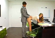 Sexy kolegyňa s obrovským poprsím sa vyspí so šéfom počas pracovnej doby