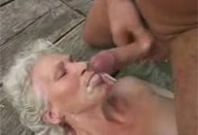 Stará babka vyšukaná do chlpatej vagíny a postriekaná na ústa