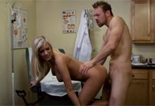 Šialený doktor vykláti pacientku Bibi Jones v ordinácii