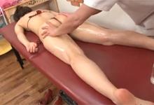 Mladá sexi aziatka sa nechá urobiť na masáži