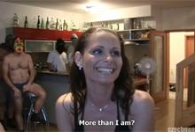 Češka v stredných rokoch opichaná 50 mužmi pred očami manžela (HD porno)