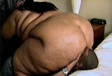 Černoch líže vagínu extrémne obéznej čiernej samice