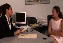 Podriadená vylíže šéfku Michelle Lay v kancelárii