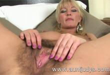 Vanessa rozťahuje zarastenú pošvu pred kamerou (HD porno)