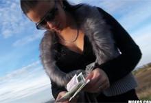 Česká upratovačka Zuzana si zarobí rýchle prachy v aute (HD porno)