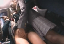 Dve japonské školáčky si to rozdávajú vo verejnej doprave