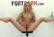 Kučeravá česká blondínka masturbuje ako o život (HD porno)