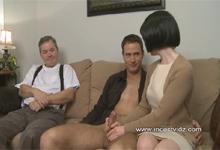 Otec pozerá na súlož matky so synom – zvrhlé incest porno