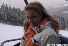 Česká rekreantka vymení lyžovanie za platený sex (HD porno)