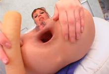 Extrémna masturbácia ryšavky obrovským dildom