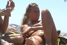Skrytá kamera točí holé kundičky na nudistickej pláži