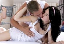Čiernovlasá lolitka zažije v detskej izbe prvotriedny sex (HD porno)