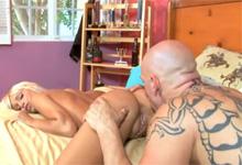 Plavecký tréner a blondínka (HD porno)