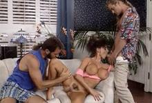 Kozatá lolitka Sarah Young vs tri penisy – retro porno
