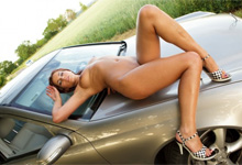 Masturbácia sexi brunetky na kapote Mercedesu (HD porno)