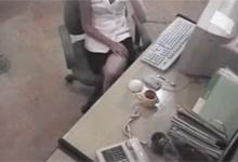 Bezpečnostná kamera zachytí masturbáciu v kancelárii
