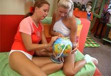 Dve nadržané cestovateľky si užijú lesbické hry – české porno