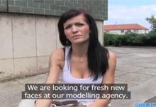 Český Public Agent vytrtká v parku štíhlu tmavovlásku Adele