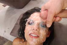 Bonnie Rotten postriekaná na bukkake akcii – squirt porno