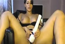 Šťavnatá latina Spicy J masturbuje vibrátorom pred webkamerou