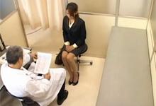 Japonský doktor vytrtká vydatú pacientku – skrytá kamera