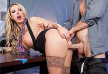 Finančný manažér vytrtká prsnatú šéfku Nikki Benz (HD porno)
