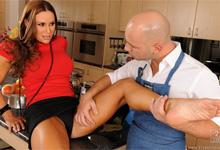 Neverná panička Sky Taylor podrží kundičku kuchárovi