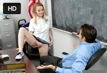 Nezbedná školáčka vytrtkaná učiteľom na stole (Alexia Gold)