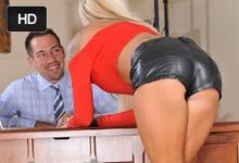Kancelársky sex a foot fetiš s nadržanou sekretárkou Lolly Ink