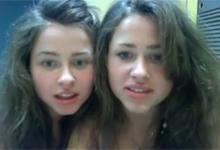Nahé dvojičky sa bozkávajú pred webkamerou