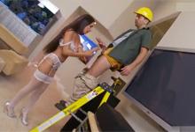 Opravár televízie vytrtká nadržanú vydatú paničku (Amia Miley)