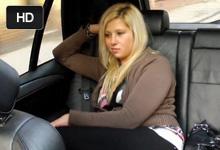 Pohľadná blondínka si zašuká na parkovisku v taxíku2