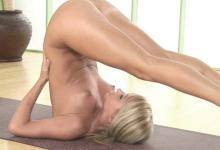 Erotická joga nahej blondínky (Sara Jean Underwood)