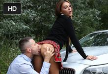 Ženatý podnikateľ vyšuká študentku na kapote bavoráku (Alexis Brill)