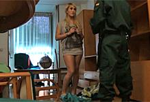 Sex blondínky s policajtom pred skrytou kamerou