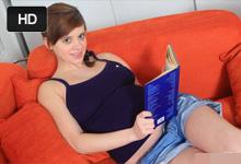 Tehotná Victoria Ferrera masturbuje pri erotickej poviedke