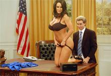 Škandálne porno stážistka Lisa Ann orálne ukojí penis ameického prezidenta!