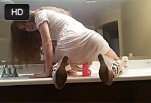 Kučeravá amatérka sa urobí v kúpeľni dildom!