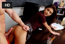 Svalnatý učiteľ vytrtká a postrieka žiačku v triede (Presley Dawson)
